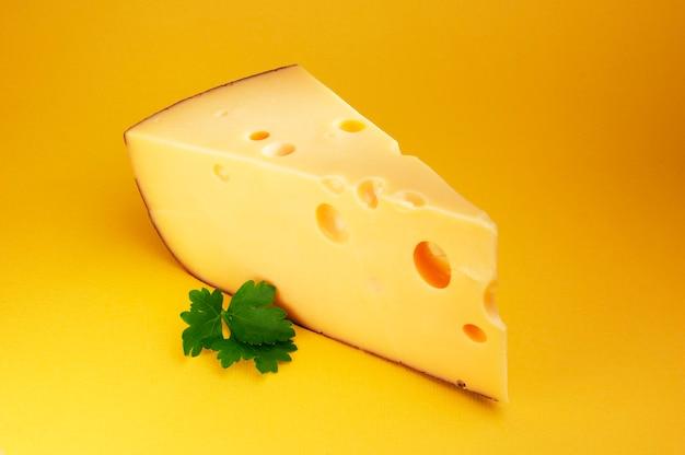 Kaas met peterselie op de gele achtergrond