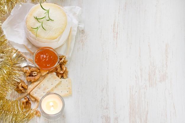 Kaas met pompoenjam en koekjes op witte houten oppervlakte