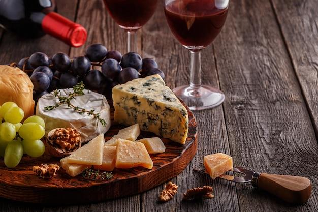 Kaas, noten, druiven en rode wijn