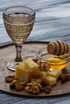 Kaas, noten, honing en witte wijn
