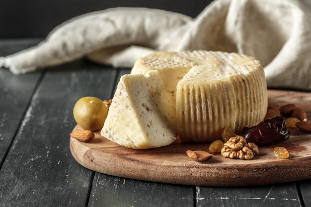 Kaas op de houten tafel