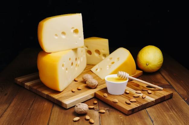 Kaas op een donkere tafel op achtergrond