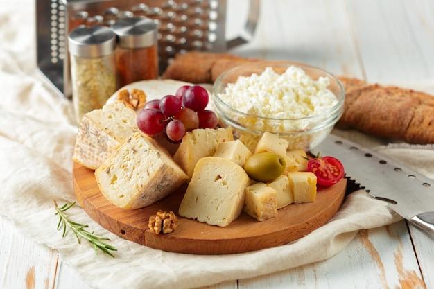 Kaas op houten tafel