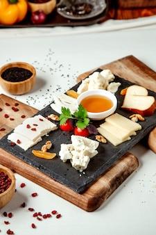 Kaas plaat op de tafel