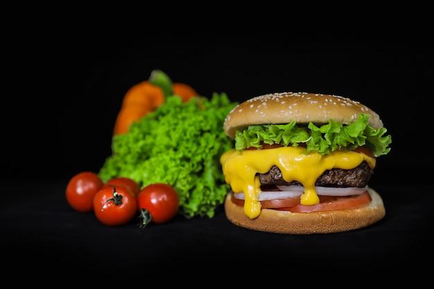 Kaas rundvlees hamburger met groenten