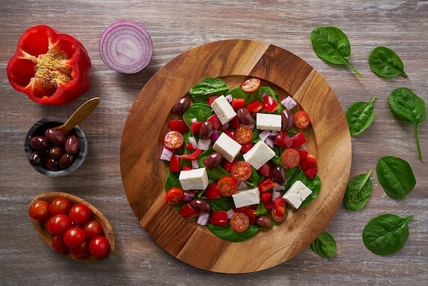 Kaas salade met tomaten spinazie en olijven