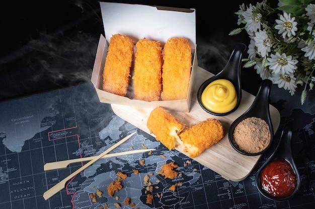 Kaas stengels. gefrituurd eten. goudgele kleur. zwarte achtergrond.