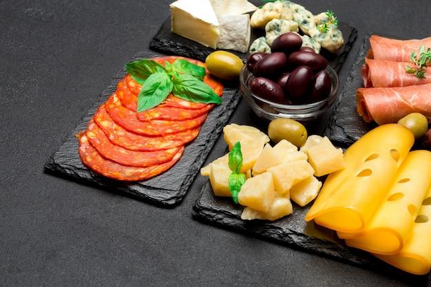 Kaas, worst, olijven en parma