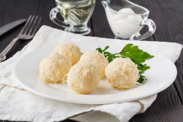 Kaasballetjes in krabspaanders is een traditionele russische snack voor kerst- en nieuwjaarsfeest