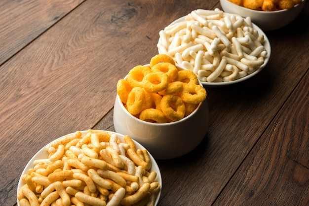 Kaasballetjes, ringen, maïs of tarwe bladerdeeg met krokante zoute wheel fryums. geserveerd in een wit bord of houten kom. selectieve focus