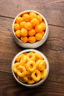 Kaasballetjesringen, maïsbladerdeeg met krokante zoute wheel fryums. geserveerd in een wit bord of houten kom. selectieve focus