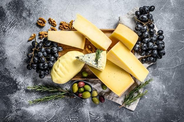 Kaasbord geserveerd met druiven, crackers, olijven en noten. diverse heerlijke snacks. bovenaanzicht