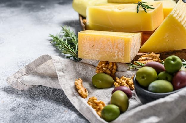 Kaasbord geserveerd met druiven, crackers, olijven en noten. diverse heerlijke snacks.