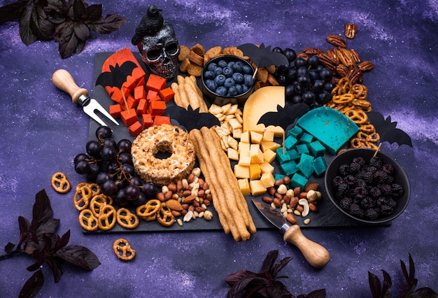 Kaasbord met bessen, noten en snacks