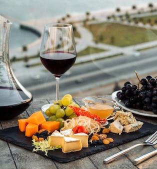 Kaasbord met rode wijn