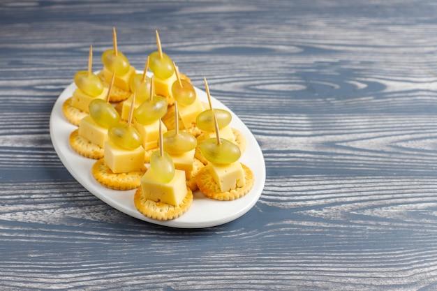 Kaasbordje met heerlijke tilsiterkaas en hapjes.