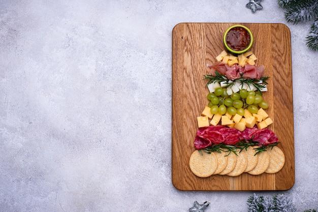 Kaasbordje met salami in de vorm van een boom.