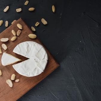 Kaascamembert met schimmel en noten op de houten snijplank