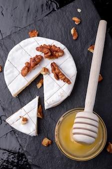 Kaascamembert met walnoten en honing