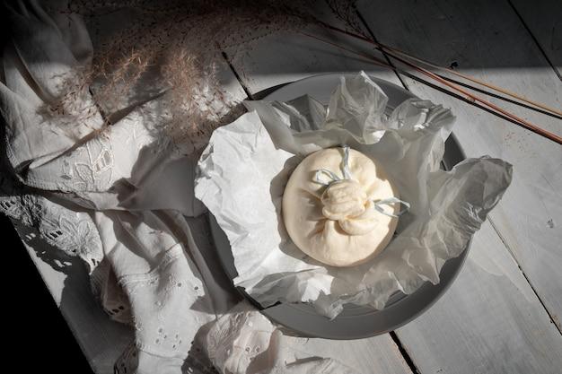 Kaascollectie, frisse zachte witte burrata kaasbal gemaakt van mozzarella en room uit apulië