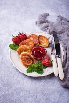 Kaaspannekoeken met aardbeienjam