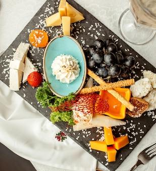 Kaasplaat en wijnglas met crackers