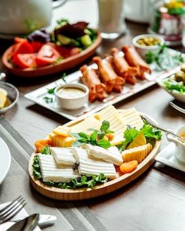 Kaasplaat en worsten met groenten