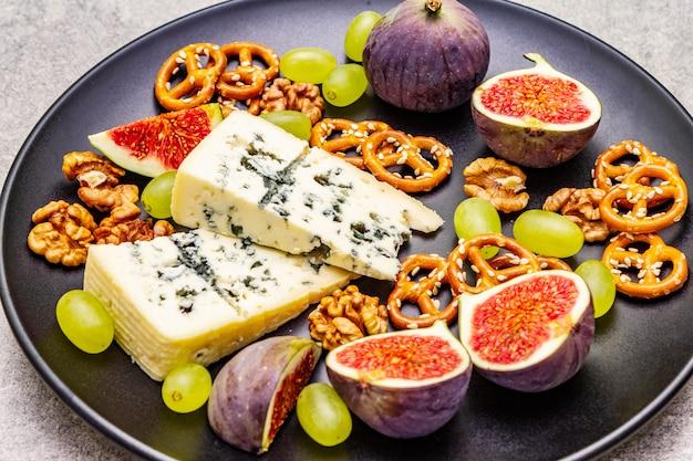 Kaasplaat met blauwe kaas, walnoten, vijgen, druiven, pretzels