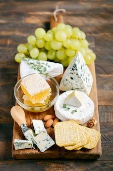 Kaasplaat met druiven, crackers, honing en noten