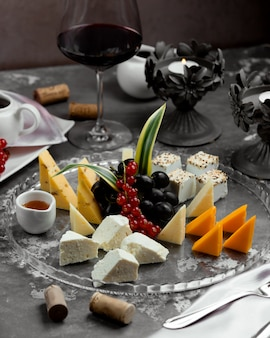 Kaasplaat met rode wijn