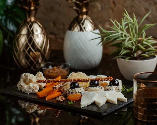 Kaasplank met brede selectie van voedingsmiddelen.