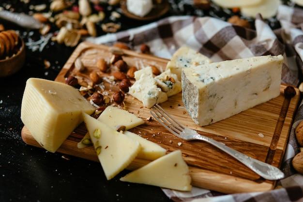 Kaasplankje. heerlijke blauwe kaas op het bord. blauwe kaas gorgonzola met noten