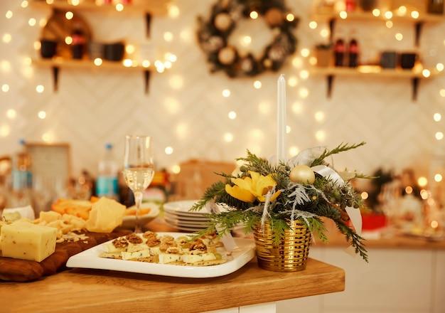 Kaasplankje met een biologische verse kaasproeverij op een bord