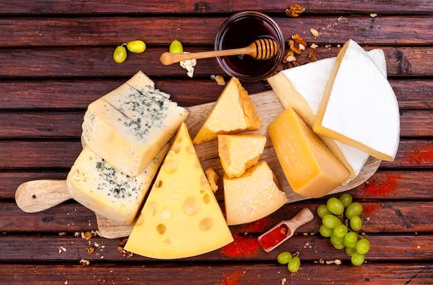 Kaasplankje. verschillende soorten kaas. bovenaanzicht