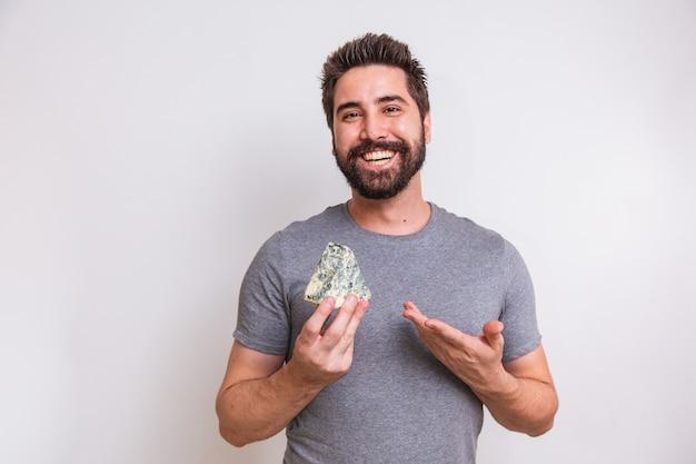 Kaasproever man met een stuk gorgonzola op witte achtergrond.