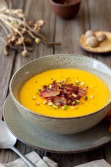 Kaasroomsoep met spek en pistachenoten. gezond eten. recept.