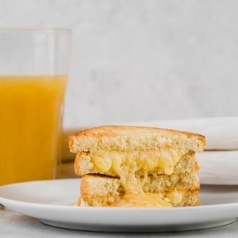 Kaassandwich met vers sap