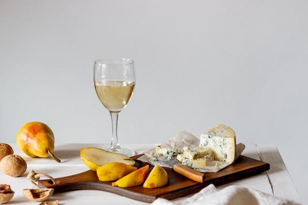 Kaasschotel met blauwe kaas en peer. wijnsnack. italiaanse keuken. vegetarisch eten. gezond eten.