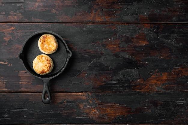 Kaastaarten zoete pannenkoeken op gietijzeren koekenpan op gietijzeren koekenpan op gietijzeren koekenpan
