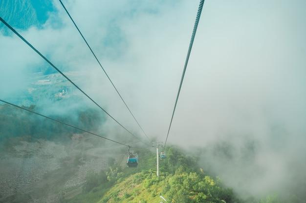 Kabelbaan bovenop roza peak. sochi, krasnodar krai, rusland