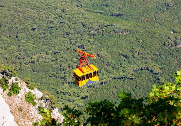 Kabelbaan hoog in de bergen. selectieve aandacht