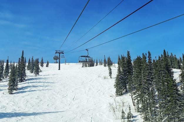 Kabelbaan in bergen voor skiërs in skigebied in sheregesh. siberië, rusland.
