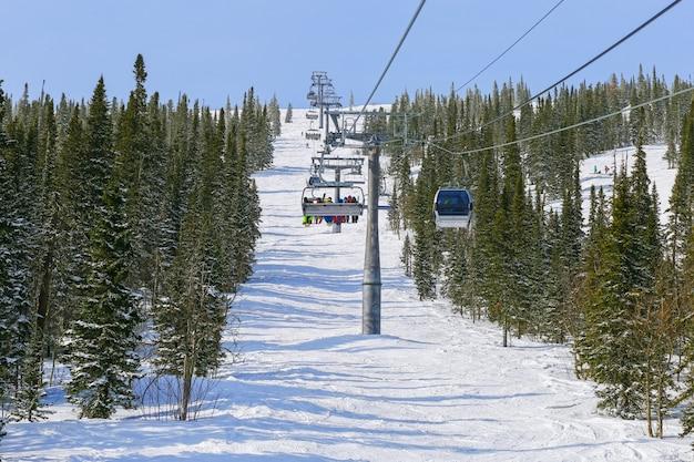 Kabelbaan in bergen voor skiërs in skiresort.