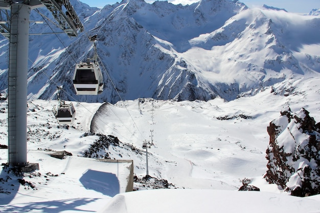 Kabelbaan in de besneeuwde bergen van de kaukasus mount elbrus