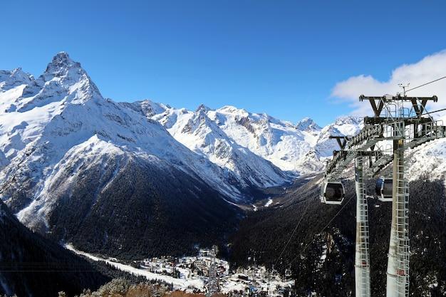 Kabelbaan in de besneeuwde bergen van de kaukasus