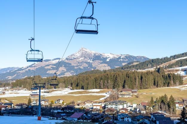 Kabelbaan in het berggebied voor toeristen en skiërs