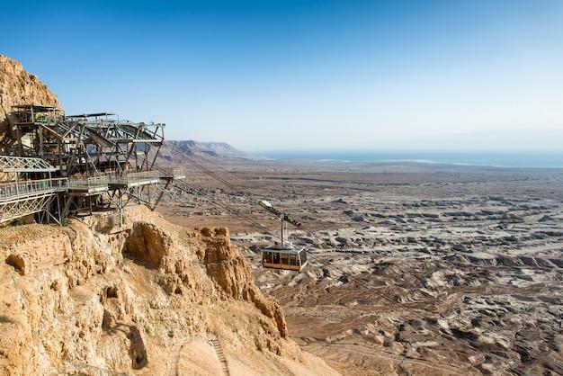Kabelbaan naar masada, oude vesting, de dode zee op de achtergrond
