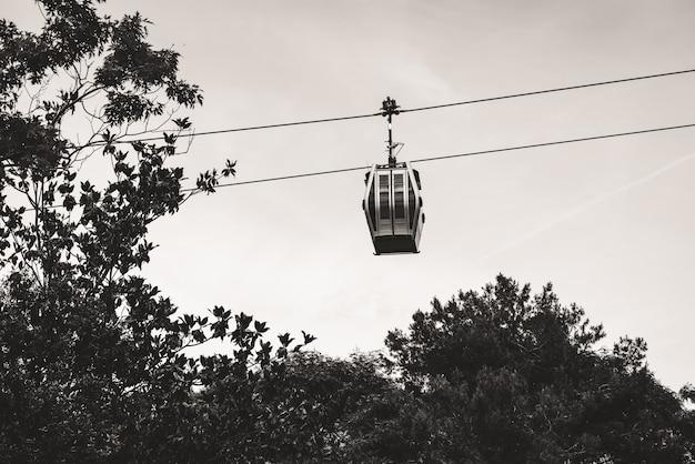 Kabelbaan opgehangen boven de bomen in een park