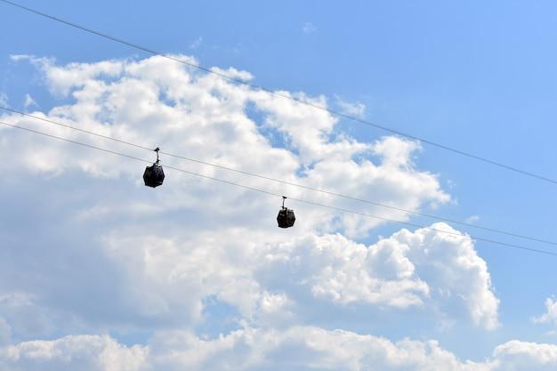 Kabelbaancabines tegen de lucht