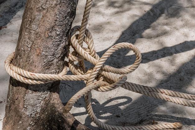Kabelband van vissersboot met boomclose-up